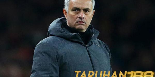 Neville Menilai Mourinho Memang Harus Dapat Perpanjangan Kontrak